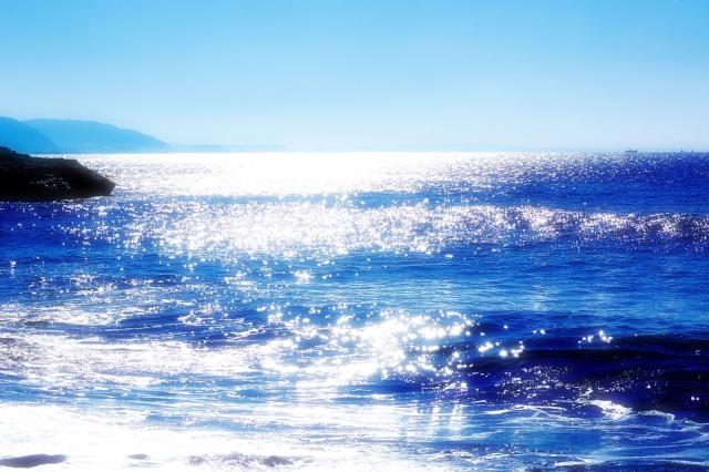 水面が光っている海
