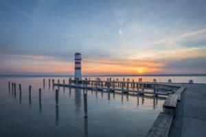 夕暮れの港と灯台