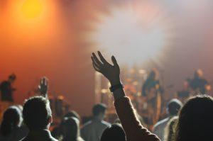 コンサートで盛り上がるオーディエンス