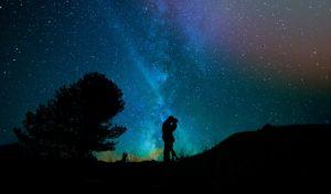 星空の下で抱き合う男女