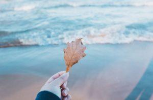 海の先を見つめる男