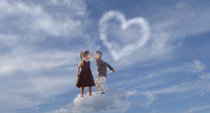 雲に乗って楽しそうに遊ぶ少年と少女
