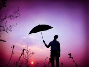 傘をさして一人たたずむ男