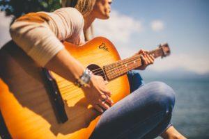 アコースティックギターを引く女性