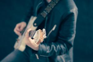 ギターを弾く男の人