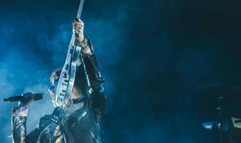 ギターを掲げるロックミュージシャン
