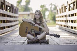 ギターを抱える女性
