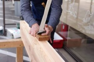 カンナで木を削る職人