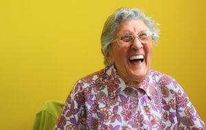 大笑いするおばあちゃん