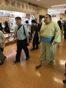 会場内をウロつくお相撲さん